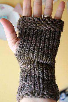 Ravelry: CorrineMB's Whisper Wristers (made on the smallest Knifty Knitter loom!!)  --  http://gretchkalsloomknitting.wordpress.com/2009/05/14/pattern-top-down-wrist-warmer/