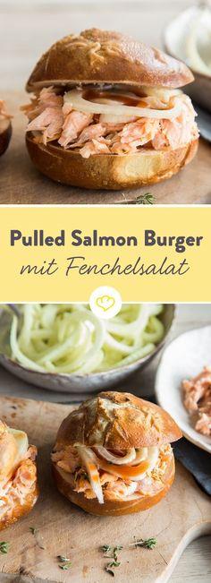 Lachs in den Backofen geben, mit der Gabel zerpflücken, Fenchelsalat dazu, etwas Barbecuesauce drauf und fertig ist dein Burger mit Pulled Salmon.
