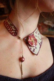 Elégant collier col ras de cou dans le style col claudine, en tissu liberty prune, violet et kaki sur fond écru, en forme de demi-col. Se ferme sur l'avant à l'aide d'un fermoi - 2212455