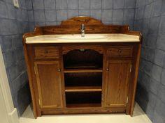 Mueble de baño, en madera de roble y encimera de marmol, de diseño clásico. www.mueblesdelagranja.es