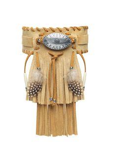 Gargantilla en piel de serraje arena, adornada con flecos, con hueso natural y plumas de gallina guineana. Un viaje al espíritu Hopi.