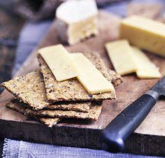 Bag fantastiske hjemmelavet knækbrød, som kan nydes med en god ost, lidt marmelade eller blot, som de er. Få opskriften på de bedste hjemmelavet knækbrød her!