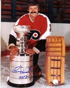 Bernie Parent with cup Flyers Hockey, Hockey Goalie, Hockey Games, Hockey Players, Flyers Stanley Cup, Bernie Parent, Hockey Pictures, Philadelphia Sports, Goalie Mask