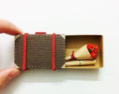 Valise de rose miniature marron - Carte d'amour boîte d'allumettes fait main Handmade Matchbox love card