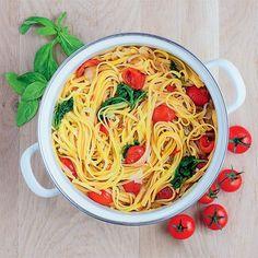 Macarrão rápido - tomatinhos e manjericão