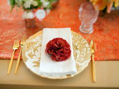 Check out these 10 easy one-of-a-kind Easter tablescapes from the experts at HGTV.com.