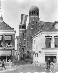 Groningen<br />De stad Groningen: De Folkingestraat met de Synagoge. Op de voorgevel van de synagoge wappert de Nederlandse vlag in 1968