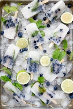 Blueberry Mojito Popsicles Source: Broma Bakery Where food lovers unite. Summer Snacks, Summer Treats, Summer Drinks, Summer Bbq, Summer Recipes, Frozen Desserts, Frozen Treats, Blueberry Mojito, Blueberry Popsicles