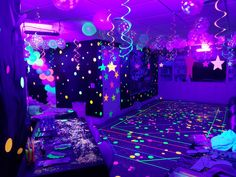 Neon / Glow in the Dark Party - Kindergeburtstag - Sleepover Birthday Parties, Birthday Party For Teens, 18th Birthday Party, Birthday Party Decorations, Glow Party Decorations, Sweet 16 Sleepover, 13th Birthday Party Ideas For Teens, Neon Party Themes, Birthday Party Images