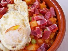 Come Y Disfruta: Huevos a la Flamenca. Una receta típica de Andalucia, En nuestro restaurante La Plaza puedes difrutar de platos tipicos de la zona con productos de nuestra tierra www.posadalaplaza.com