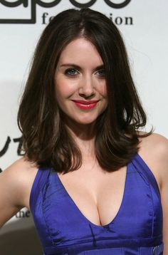 Fabulous Alison Brie and her sexy cleavage in a little blue number Alison Brie, Prettiest Actresses, Beautiful Actresses, Alexandra Daddario, Olivia Wilde, Sharon Stone, Emma Stone, Actrices Sexy, Layered Cuts