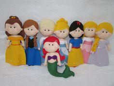PRINCESAS DISNEY DE FELTRO    São ideais para decoração de festa (mesa do bolo) e também para decoração do quarto.    Princesas: Branca de neve, Cinderela, Rapunzel, Tiana, Bela, Aurora, Ariel, Jasmine, Pocahontas, Mulan, Merida, Elsa, Anna.    O valor é referente a 1 princesa    TAMANHO: 30CM   ...