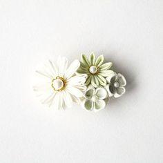 つまみ細工の小花をギュッと集めたバレッタです。プラパール、チェコビーズやペップ、合皮の葉っぱ等をあしらいました。つまみ細工には手染めのコットン100%の布を使用しています。モチーフ部分のサイズ:約9cm×約4.5cm7cmのバレッタ金具を使用(挟み幅約5cm) ◆つまみ細工は水に弱いです。雨や汗など水濡れにはご注意ください。◆破損の恐れがありますので強い力を加えないでください。また保管の際は型崩れにご注意ください。◆お使いのモニターや環境により色の見え方が実物と異なる場合があります。◆素人のハンドメイド品ということをご理解ください。
