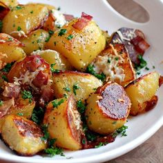 oven roasted potatoes with bacon and grated cheese food-for-thought Think Food, I Love Food, Potato Dishes, Food Dishes, Side Dishes, Red Potato Recipes, Main Dishes, Oven Roasted Potatoes, Roasted Bacon