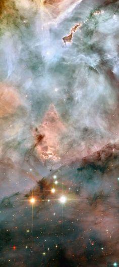 """Wide-field image showing the region of WR 25 and Tr16-244 WR 25 y Tr16-244 , en la parte inferior de la imagen, se encuentran dentro del cúmulo abierto Trumpler 16. Este grupo está integrado dentro de la nebulosa de Carina , una inmensa caldera de gas y polvo que se encuentra aproximadamente a 7500 años luz de la Tierra en el constelación de Carina , la quilla . En la parte superior de la imagen, una nebulosa peculiar con la forma de un dedo señala """" desafiantes """" hacia WR25 y Tr16-244 ."""