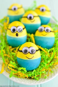 Celebrate Easter this your and your kids' favorite movie characters and make some Dyed Minion Easter Eggs. Minion Easter eggs are actually really easy to make because you only need two main colors and some googly eyes! Kids Crafts, Egg Crafts, Easter Crafts, Holiday Crafts, Easter Decor, Easter Centerpiece, Bunny Crafts, Kids Diy, Minion Easter Eggs