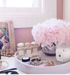 dressing table decoration organization dressing makeup organisation makeup storage make up table organization make up desk ideas vanity table organization bedrooms organization Decoration Inspiration, Room Inspiration, Sala Glam, Make Up Tisch, Rangement Makeup, Ideas Para Organizar, Glam Room, Room Goals, Home And Deco