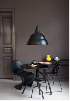 A cadeira Panton do grande Verner Decoration Inspiration, Interior Inspiration, Dark Interiors, Colorful Interiors, Style At Home, Panton Chair, Interiores Design, Interior Architecture, Living Spaces