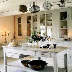 brocante tafel als sidetable: mooie oude landelijke kast en oude franse eiermandjes: soortgelijke meubels zijn te koop bij www.old-basics.nl (ook maatwerk in OUDE stijl)