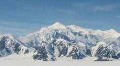 Argentiske Natalia Martínez skulle bestige Canadas høyeste fjell alene. Så rystet to kraftige jordskjelv området og blokkerte klatreruten med snøskred.