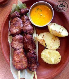 Anticuchos de higado  y Corazon de pollo acompañado con papas dorados y aji Amarillo peruano.