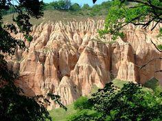 Râpa Roşie, Sebeș  Rezervaţie geologică cu suprafaţa de 10 ha. Pereţii săi au înălţimi cuprinse între 80 si 100 m. Apa a săpat pe un substrat variat (pietrişuri, nisipuri cuarţoase, gresii) forme ciudate: coloane, turnuri, piramide - toate de culoare roşiatică.