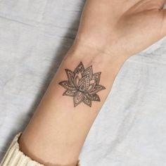 A tatuagem pequena é ideal para você que vai fazer a primeira tattoo e está com medo de se arriscar. Confira 130 ideias que vão fazer você se apaixonar!