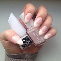 🎀 Neue Krallen 💅🏻 Gestern das Gel neu aufgefüllt und in French lackiert 🎀 #Fingernägel #nails #frenchnails #gelnägel #gelnägelselbstgemacht #essie #essieliebe #spaghettistrap #manhattan #profrench #tipwhitener #spitzenweiss