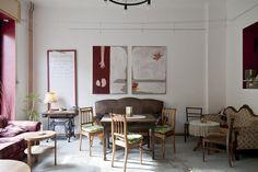 tässä kanssa eriparisohvia, pöytiä ja tuoleja