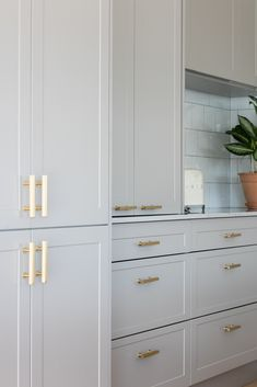 Light grey cabinets with Caesarstone Noble Grey counters and gold hardware Home Decor Kitchen, Kitchen Furniture, Kitchen Interior, New Kitchen, Furniture Design, Outdoor Furniture, Cheap Furniture, Bedroom Furniture, Gold Kitchen Hardware