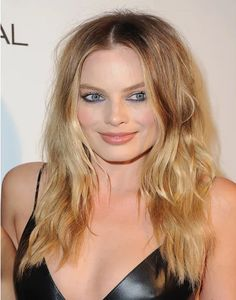 How to get Margot Robbie's bedhead hair and blue eyeliner. Plus more celebrity beauty tips and tricks to try here: Hot Haircuts, Blonde Haircuts, Curly Hair Styles, Medium Hair Styles, Long Layered Hair, Long Hair Cuts, Medium Layered, Margot Robbie Hair, Brunette Hair Cuts