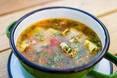 Ciorbiță de vară cu legume și pui. Conține morcovi, ceapă, țelină, dovlecei, cimbru și pui.
