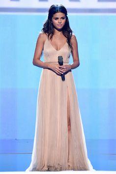 Selena Gomez In Giorgio Armani – 2014 American Music Awards Selena Gomez Fashion, Selena Gomez Outfits, Selena Gomez Trajes, Selena Gomez Style, Girl Celebrities, Beautiful Celebrities, Celebs, Celebrity Style Casual, Celebrity Moms