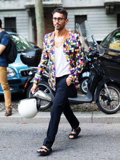 5. Farbe tut nicht wehSimone Marchetti, Moderedakteur der italienischen Zeitung Repubblica, trägt als Hingucker ein Jackett, dessen Muster aussieht wie ein Mix aus Mondrian und TV-Störbild. Ein Jackett mit bunten Kästchen. Na klar! Dazu sollte man, wie Simone es vormacht, schlichte Stücke kombinieren.