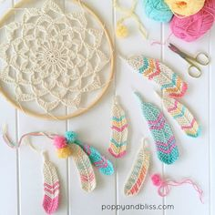 Crochet Stitches Tunisian Tunisian Crochet Feathers Free Crochet Pattern - You will discover how to crochet this beautiful Tunisian crochet feather pattern, as well as a crochet dreamcatcher to dangle your feathers from. Crochet Feathers Free Pattern, Feather Pattern, Crochet Applique Patterns Free, Knitting Patterns, Mandala Au Crochet, Crochet Flowers, Crochet Dollies, Hat Crochet, Fabric Flowers