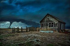 A 2015 spring storm in Kansas. Near Sheridan, Kansas. Photo credit: Thomas Zimmerman (Yes, this is real.) La atmósfera de esta foto es tan irreal, que lo primero que pensamos es que se trata de un montaje de Photoshop. Parte de la culpa la tiene que a su autor, el fotógrafo profesional Thomas Zimmerman se la ha ido un poco la mano con los retoques de color y luz, pero el tornado es auténtico. Foto auténtica vía: Reddit
