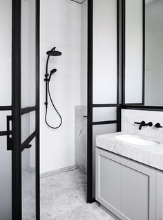 Perfect black hardware for your bathroom for a luxe industrial feel Photography Sharyn Cairns / Interior design Mim Design Grey Bathrooms, White Bathroom, Bathroom Interior, Modern Bathroom, Master Bathroom, Bathroom Remodeling, Contemporary Bathrooms, Remodeling Ideas, Bad Inspiration