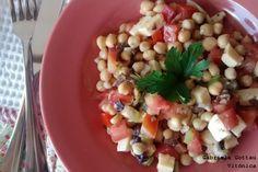 Ensalada de garbanzos, aceitunas, tomate y queso. Receta saludable Black Eyed Peas, Queso, Fruit Salad, Food, Drink, Gourmet, Healthy Lunches, Eating Clean, Garbanzo Salad