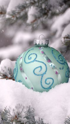 Frozen themed Christmas tree floating ornament iPhone 6 plus wallpaper - tree, snow, closeup