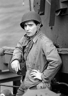 100 años del nacimiento del fotógrafo húngaro Robert Capa: «Si tus fotos no son lo suficientemente buenas, es que no te has acercado lo suficiente». Murió en Vietnam en 1954, al pisar una mina cubriendo la Guerra de Indochina. http://www.veniracuento.com/