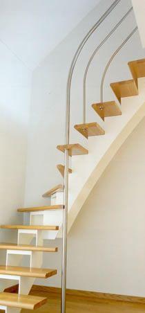 Open stalen trap oorspronkelijke houten vloer balken dichte balustrades interior - Redo houten trap ...