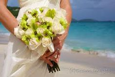 A white flowers bouquet for a romantic wedding in Riviera, on the the beach. Liguria (Italy) . #essenzadiriviera.com