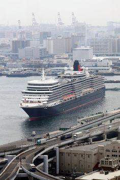 The Queen Elizabeth in Kobe Port, Japan クイーン・エリザベス号