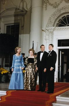 President Reagan and Mrs. Reagan greet King Juan Carlos I and Queen Sophia of Spain for the State Dinner, October 1981 President Ronald Reagan, Usa President, Queen Sophia, Nancy Reagan, Long Pictures, Spanish Royalty, Spanish Royal Family, Military Pictures, American Presidents