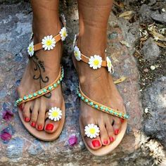Flowers always will make our day!  #dimitrasworkshop #sandals #daisy #handmade #madeingreece #flowers #friday #friyay #instamood #goodvibes #fashion #style #styleinspiration #photoofday #igdaily #endlesssummer