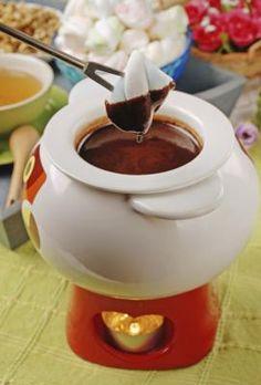 Como mergulhar marshmallows em chocolate derretido | #receitas #doces #fondue