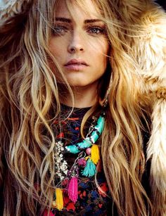 Strong Boho Style ☾✿*´¨`✿⊱╮∆. Bring color and bohemian calm to your day with a little gypsy style Estilo Folk, Estilo Hippie, Hippy Chic, Boho Chic, Hippie Style, Bohemian Style, Bohemian Hair, Hippie Hair, Gypsy Style