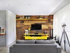 Sofá com tecido cinza e rack suspenso amarelo de IBD Arquitetura - 27082 no Viva Decora Chesterfield Sofa, Modern Tv Wall, Home Theater, Interior Design Living Room, Home Office, House, Furniture, Home Decor, Rack Tv