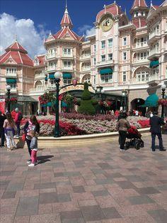 Entrée principale à Disneyland Paris et l'hôtel Disneyland. / Main Disneyland Paris entry and Disneyland hotel.