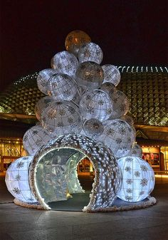 White Japanese style lanterns made into a huge Christmas tree at the Esplanade, Singapore   — As seen on Sparklette.net